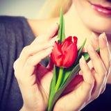 Flor sonriente del abarcamiento de la mujer Fotos de archivo libres de regalías
