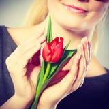 Flor sonriente del abarcamiento de la mujer Imagen de archivo libre de regalías