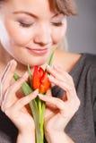 Flor sonriente del abarcamiento de la mujer Fotos de archivo