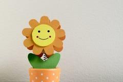 Flor sonriente La diversión y la flor feliz juegan en estilo del girasol en una tabla del grunge imágenes de archivo libres de regalías