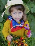 Flor superior da pessoa do verde da planta da árvore dos povos da grama da mola do retrato da beleza da infância da floresta pouc Fotografia de Stock