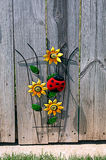 Flor y mariquita decorativas de Sun en la cerca Imagen de archivo libre de regalías
