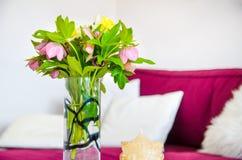 Flor y palmatoria de la primavera en el apartamento Flores rosadas hermosas Interior de la casa Fotos de archivo