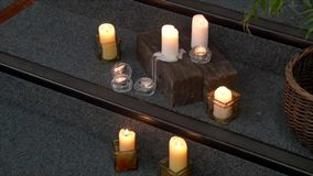 Flor y vela usadas para un entierro almacen de metraje de vídeo