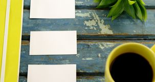 Flora, tarjeta de visita y café sólo en la tabla 4k metrajes