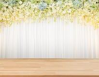Floraachtergrond met houten vloer en witte doek royalty-vrije stock afbeeldingen