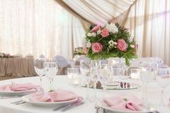Floral στάση στυλοβατών ρυθμίσεων στους πίνακες στο εστιατόριο στοκ φωτογραφία
