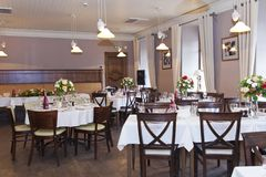 Floral στάση στυλοβατών ρυθμίσεων στους πίνακες στο εστιατόριο στοκ εικόνες