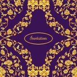 Floral διακοσμημένη κάρτα πρόσκλησης με την αντίκα, την ιώδη και χρυσή εκλεκτής ποιότητας διακόσμηση πολυτέλειας, βικτοριανό έμβλ Στοκ φωτογραφίες με δικαίωμα ελεύθερης χρήσης