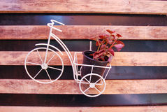 floral διακόσμηση, διακόσμηση Ποδήλατο παιχνιδιών με το καλάθι Στοκ εικόνα με δικαίωμα ελεύθερης χρήσης