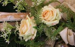 Floral διακόσμηση με τα τριαντάφυλλα και τα φύλλα Στοκ Εικόνες