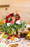 Floral διακόσμηση στον εορταστικό πίνακα Στοκ εικόνες με δικαίωμα ελεύθερης χρήσης