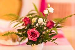 Floral διακόσμηση στον εορταστικό πίνακα Στοκ Εικόνες