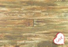 Floral καρδιές που κρεμούν πέρα από το εκλεκτής ποιότητας καφετί ξύλινο υπόβαθρο Στοκ φωτογραφίες με δικαίωμα ελεύθερης χρήσης