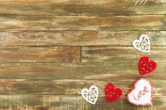 Floral καρδιές που κρεμούν πέρα από το καφετί ξύλινο υπόβαθρο Στοκ εικόνες με δικαίωμα ελεύθερης χρήσης