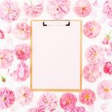 Floral πλαίσιο των ρόδινων τριαντάφυλλων και των πετάλων κρητιδογραφιών στο άσπρο υπόβαθρο r E στοκ φωτογραφίες
