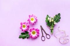 floral πρότυπο καρδιών λουλουδιών απελευθέρωσης πεταλούδων κίτρινο Κάνετε την έννοια ανθοδεσμών Ρόδινα λουλούδια κοντά στα scicco Στοκ φωτογραφία με δικαίωμα ελεύθερης χρήσης