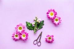 floral πρότυπο καρδιών λουλουδιών απελευθέρωσης πεταλούδων κίτρινο Κάνετε την έννοια ανθοδεσμών Ρόδινα λουλούδια κοντά στα scicco Στοκ εικόνες με δικαίωμα ελεύθερης χρήσης