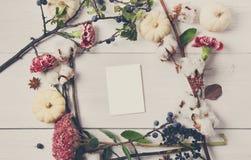 Floral πλαίσιο των ξηρών λουλουδιών στην άσπρη ξύλινη, τοπ άποψη Στοκ Φωτογραφίες