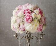 Floral ρύθμιση με τα ρόδινα peonies, τα άσπρα χρυσάνθεμα και το γ στοκ εικόνα με δικαίωμα ελεύθερης χρήσης