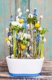 Floral ρύθμιση με τα anemones και τους υάκινθους σταφυλιών Στοκ φωτογραφία με δικαίωμα ελεύθερης χρήσης