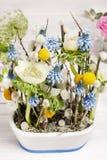 Floral ρύθμιση με τα anemones και τους υάκινθους σταφυλιών Στοκ Εικόνες