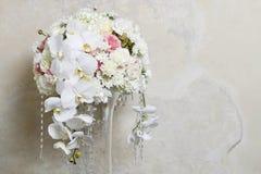 Floral ρύθμιση με τις άσπρες ορχιδέες στοκ εικόνα