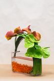 Floral ρύθμιση με τους κρίνους, Anthurium και την πρασινάδα της Calla επάνω Στοκ εικόνες με δικαίωμα ελεύθερης χρήσης