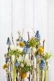Floral ρύθμιση με το μπλε musca anemones και υάκινθων σταφυλιών Στοκ φωτογραφίες με δικαίωμα ελεύθερης χρήσης