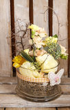 Floral ρύθμιση Πάσχας στο ξύλινο υπόβαθρο Στοκ Εικόνες