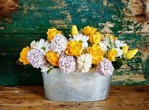 Floral ρύθμιση σε έναν κάδο σε ένα ξύλινο πάτωμα Στοκ Φωτογραφία