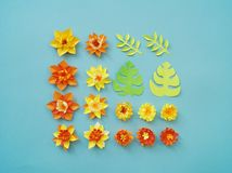 Floral ρύθμιση των λουλουδιών εγγράφου σε ένα μπλε υπόβαθρο φύλλα λουλουδιών τροπ&iota Κόκκινος, κίτρινος, πράσινος, πορτοκαλής κ Στοκ εικόνες με δικαίωμα ελεύθερης χρήσης