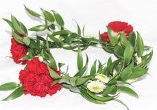 Floral στεφάνι με τα κόκκινα γαρίφαλα, χρυσάνθεμο, ruscus Στοκ φωτογραφία με δικαίωμα ελεύθερης χρήσης