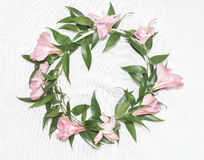 Floral στεφάνι με τα alstromerias Στοκ Εικόνες
