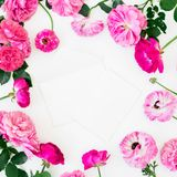 Floral στρογγυλό πλαίσιο των τριαντάφυλλων και των λουλουδιών anemone στο άσπρο υπόβαθρο Επίπεδος βάλτε, τοπ άποψη Η κρητιδογραφί στοκ εικόνα με δικαίωμα ελεύθερης χρήσης
