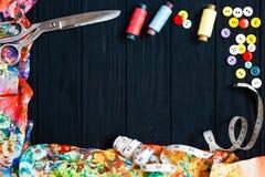 Floral συλλογή υφασμάτων, που μετρά την ταινία, κουμπιά, threa ραψίματος Στοκ Φωτογραφίες