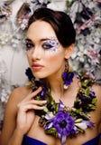 Floral τέχνη προσώπου με το anemone στο κόσμημα, αισθησιακή νέα γυναίκα brunette Στοκ Φωτογραφία