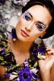 Floral τέχνη προσώπου με το anemone στο κόσμημα, αισθησιακό νέο brunette Στοκ εικόνες με δικαίωμα ελεύθερης χρήσης