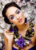 Floral τέχνη προσώπου με το anemone στο κόσμημα, αισθησιακό νέο brunette Στοκ Φωτογραφία