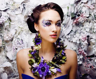 Floral τέχνη προσώπου με το anemone στο κόσμημα, αισθησιακό νέο brunette Στοκ εικόνα με δικαίωμα ελεύθερης χρήσης