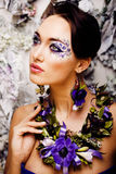 Floral τέχνη προσώπου με το anemone στο κόσμημα, αισθησιακό νέο brunette Στοκ φωτογραφία με δικαίωμα ελεύθερης χρήσης