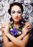 Floral τέχνη προσώπου με το anemone στο κόσμημα, αισθησιακό νέο brunette Στοκ φωτογραφίες με δικαίωμα ελεύθερης χρήσης