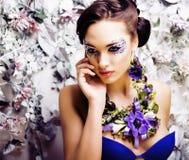 Floral τέχνη προσώπου με το anemone στο κόσμημα, αισθησιακό νέο brunette Στοκ Εικόνες