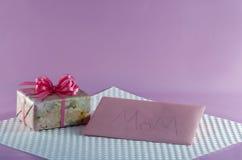 Floral τυλιγμένες δώρο και κάρτα για Mom Στοκ φωτογραφίες με δικαίωμα ελεύθερης χρήσης