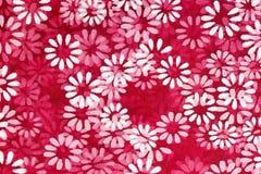 Floral υπόβαθρο των άσπρων λουλουδιών που τυπώνονται σε ένα κόκκινο καθαρό υλικό απεικόνιση αποθεμάτων