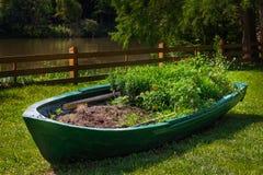Floral χορτοτάπητας υπό μορφή βάρκας στοκ εικόνα με δικαίωμα ελεύθερης χρήσης
