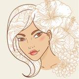 ελκυστικές floral νεολαίες γυναικών τριχώματος χαμογελώντας Στοκ Εικόνες
