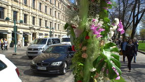 Floral arrangement in the center of the bustling city. stock video