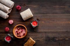 Floral foot spa με αυξήθηκε Κεριά, άλας, σφουγγάρι, σαπούνι, οφθαλμοί στη σκοτεινή ξύλινη τοπ άποψη υποβάθρου copyspace Στοκ φωτογραφίες με δικαίωμα ελεύθερης χρήσης
