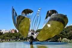 Floralis Generica En skulptur som göras av stål, och aluminium som lokaliseras i Plaza de las Naciones Unidas Förenta Nationerna, fotografering för bildbyråer